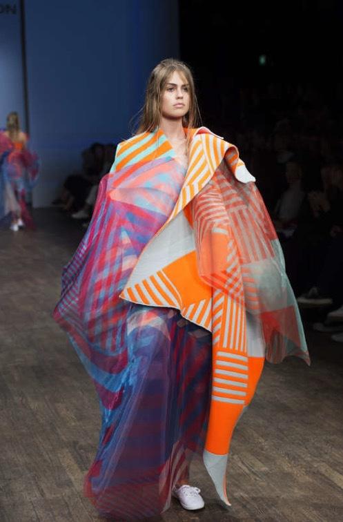 Evelin Kägos modell bar en färgrik cape. Foto: TT