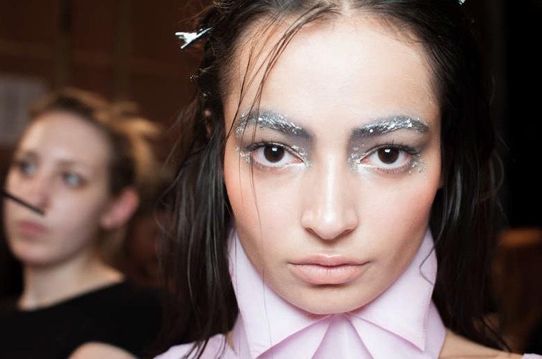 Silverflingor i makeupen hos Irynvigres modeshow under Londons Fashion Week