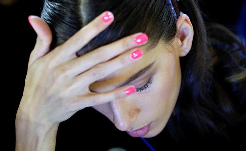 Lite rosa på naglarna är helt okej! Som här backstage på Milanos modevecka i Italien och Bluemarins visning. Foto: Reuters