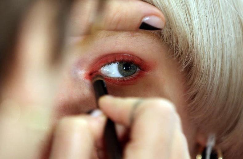 Röd eyeliner på modellerna hos Jeremy SCott under New yorks modevecka. Foto: TT/AP