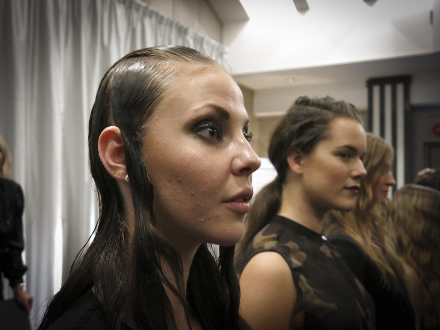 """Slickat hår gällde på Givenchys visningar. Det var simpel, coolt och minimalistiskt, """"Glansen får jag genom att måla på Mr Smiths foundation i flera lager"""", berättar Freda"""