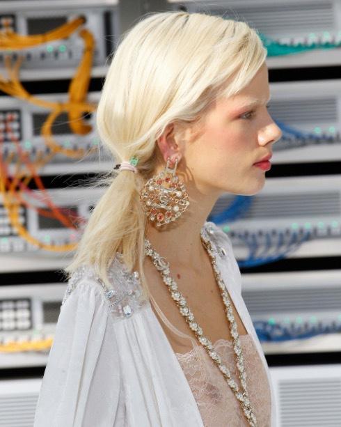 """Screenshot från Chanels visning i Paris där modellerna togs om hand av Freda Rossidis. som använde """"mest Mr Smiths saltspray och Mr Smiths foundation på modellerna"""