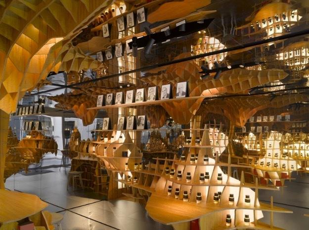 Frederic Malles parfymkupa i Paris är byggd av playwood och speglar som gör att det ser ut som om kupan är oändlig.