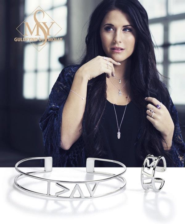 Molly Sandén har varit med och tagit fram en serie av silversmycken där 25 kronor av varje sålt smycke går till diabetesforskning. Symbolen är den internationella symbolen för diabetes.
