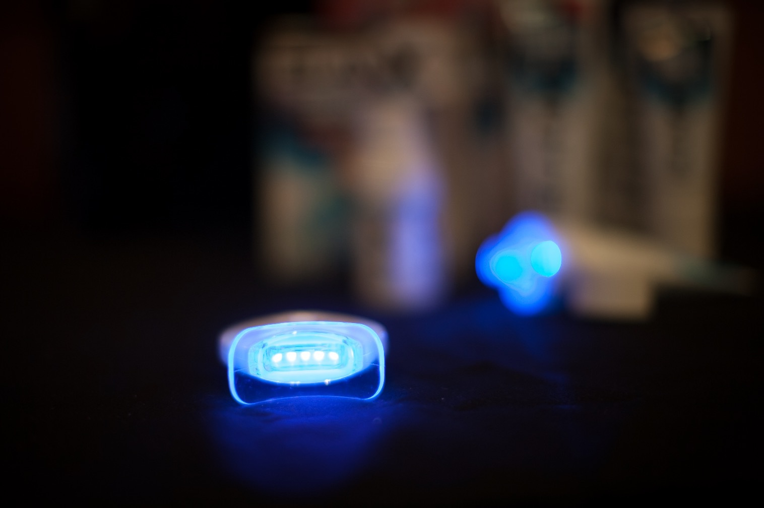 Den vitgörande processen aktiveras av dagsljus så i princip räcker det att gå ut i dagsljus för att reaktionen ska sättas igång. Men nu är det ju skitmörkt i Sverige så då får man använda en ledlampa!