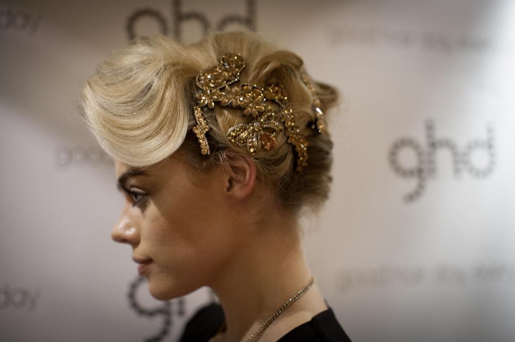 Modellen heter Kirsten och smyckena är från Butler and Wilson.