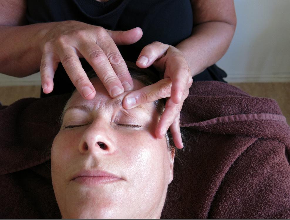 Små lätta repetativa rörelser är grunden i den tibetanska massagetekniken