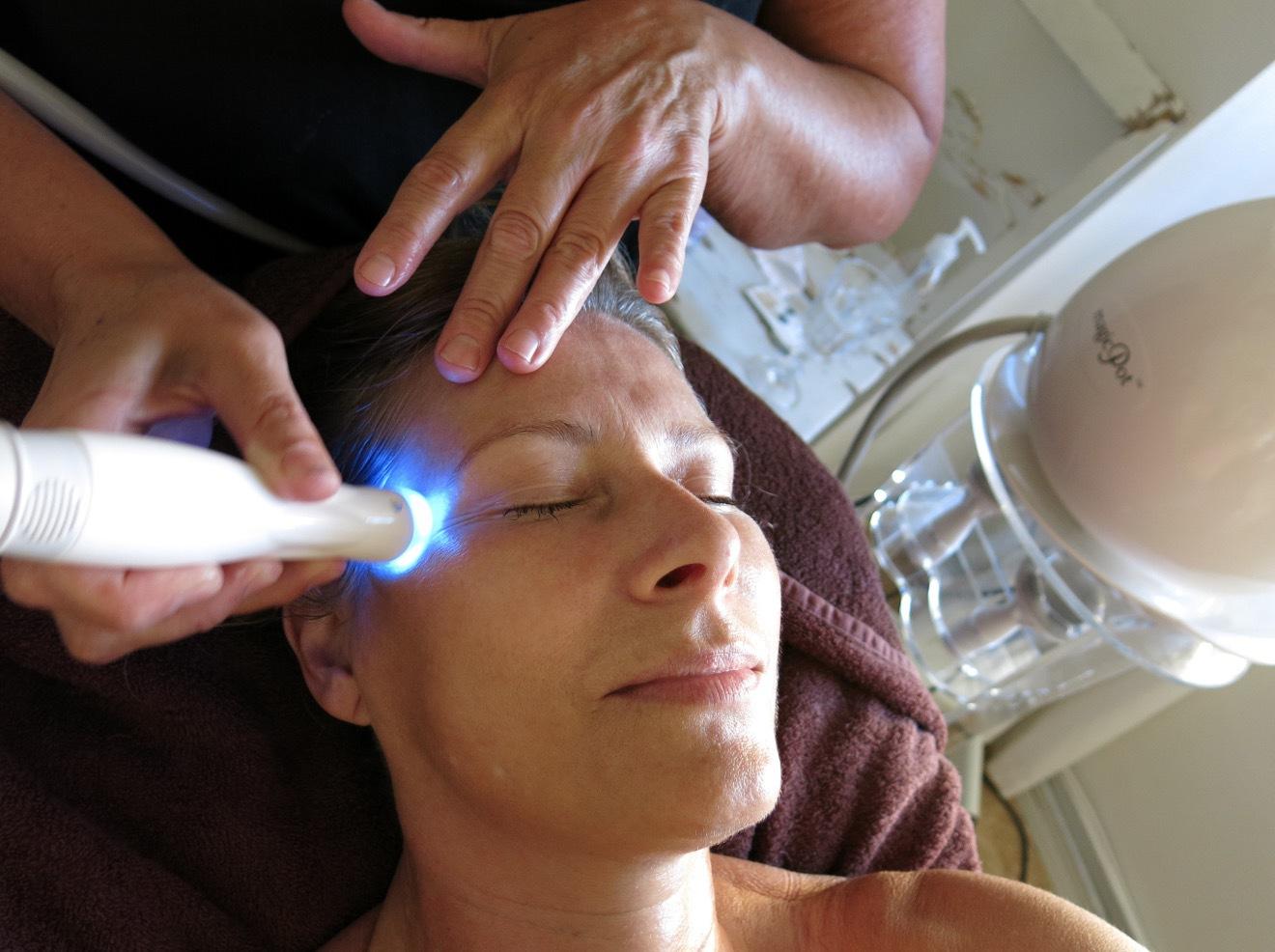 Magic Pot är en ansikstbehandling som har ledljus, radiofrekvens och vakum i en och samma munstycke och som ger värme djupt ner i huden
