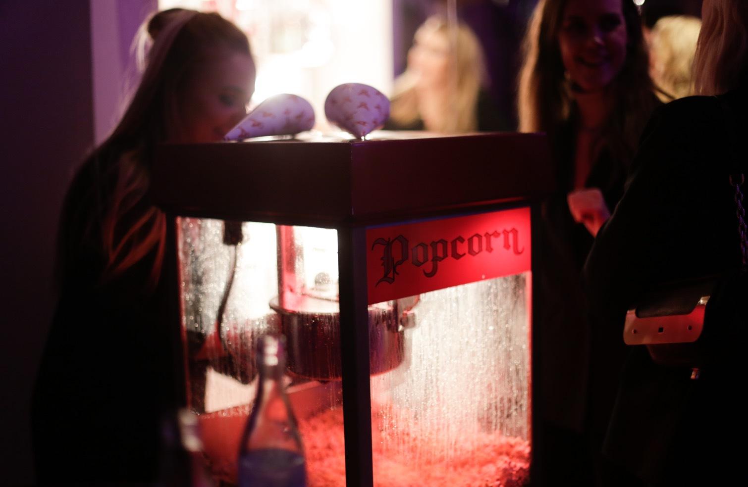 Popcorn, spådam, fotografering, nagelstation. Här fanns det något för alla