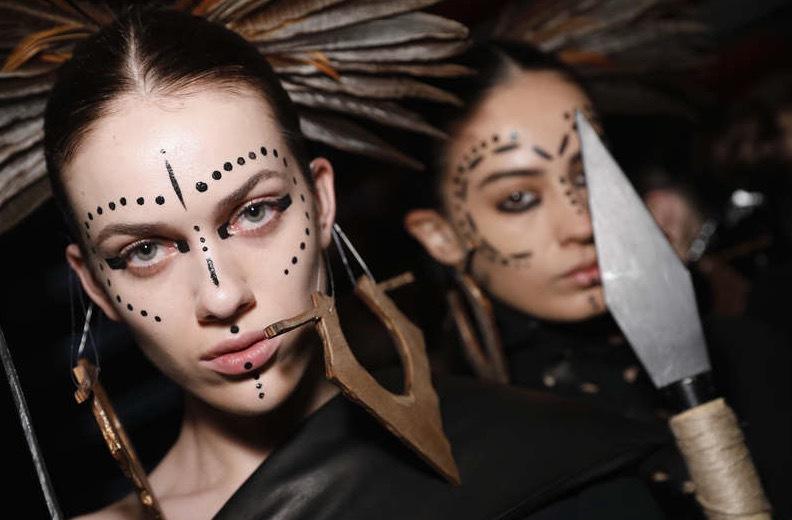 Getty Images. Tribe makeup på catwalken hosdesignern Ceren Ocak show during Mercedes-Benz Istanbul Fashion Week