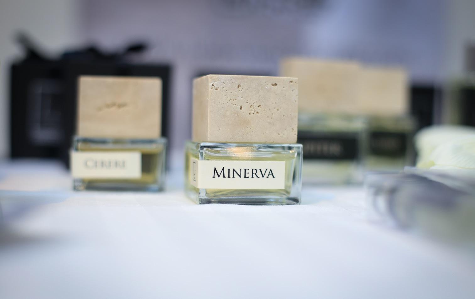 """Jag fastnade för den här fina italienska doften """"Minerva"""" med ett härligt tungt lock av vit marmor."""