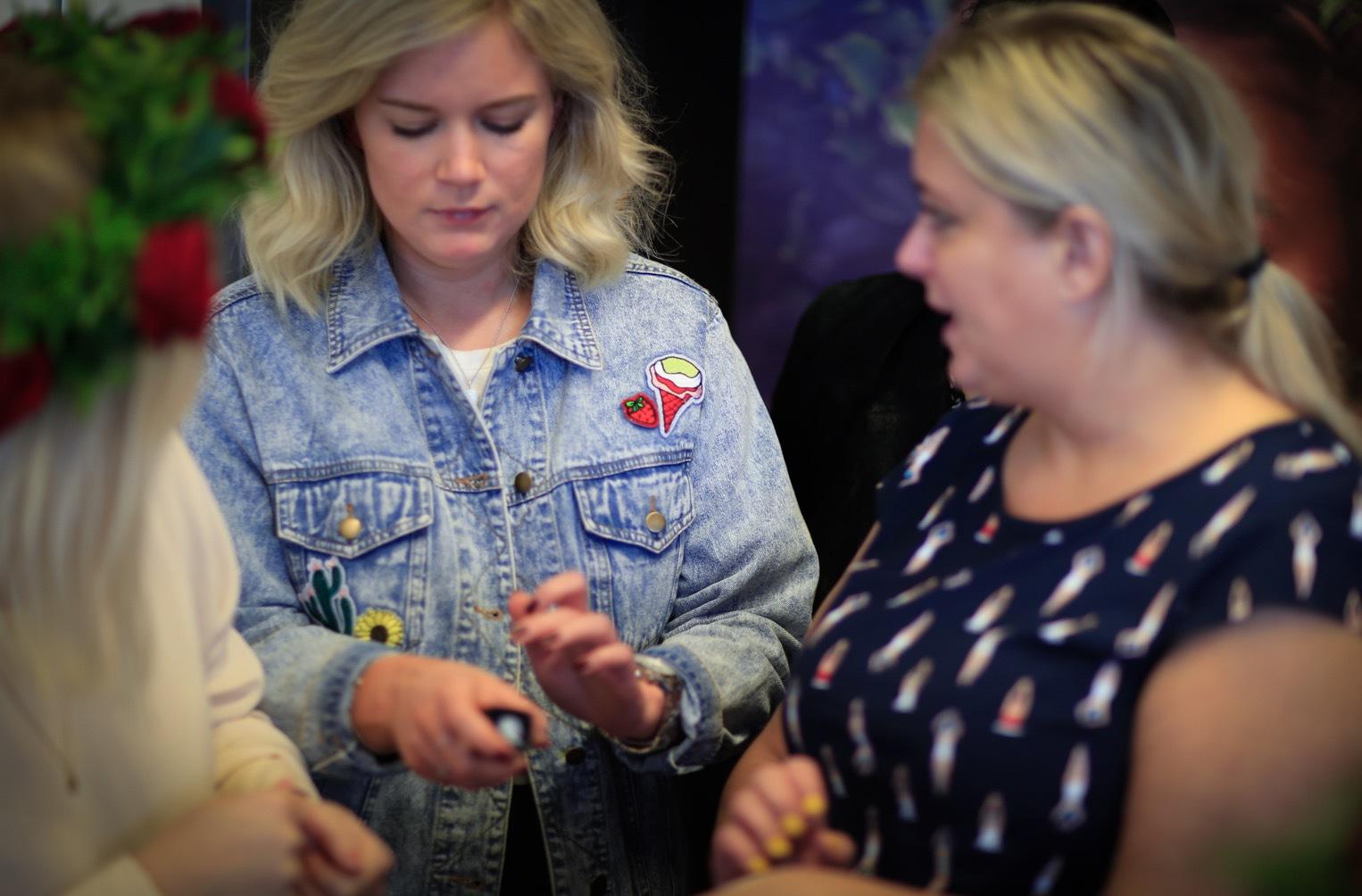 Fridas chefredaktörTerese Allert, och Louise Flink som bloggar på Bigassfashion.se, diskuterar vilken färg de ska ha på sin foundation.
