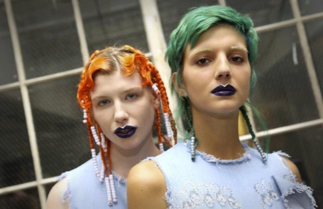 Neonfär i håret också. På 90-talet var det syntarna som vågade sig på det här- Nu är det ...typ alla!