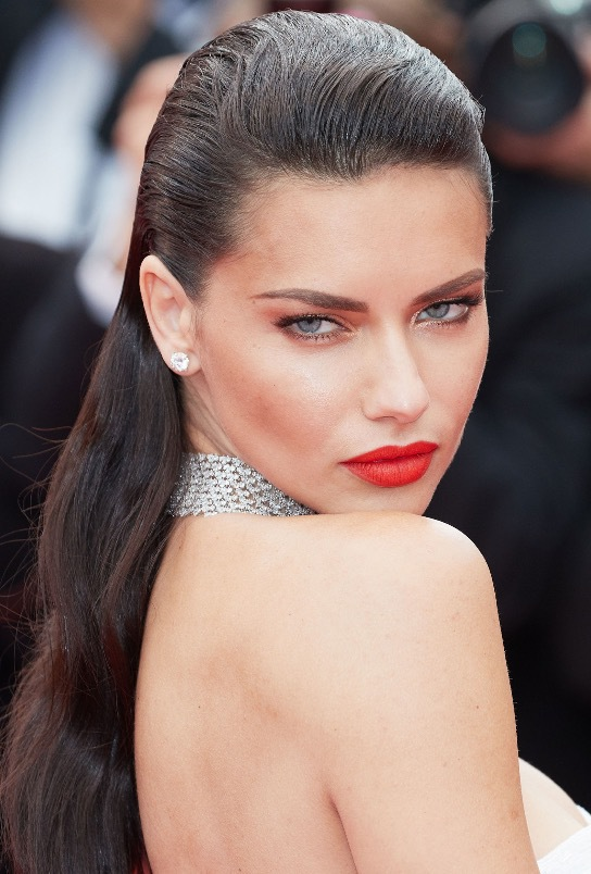 Adriana Lima var inte den enda som dök up på röda mattan i Cannes med back slick. Skådespelerskan Pamela Anderson också!
