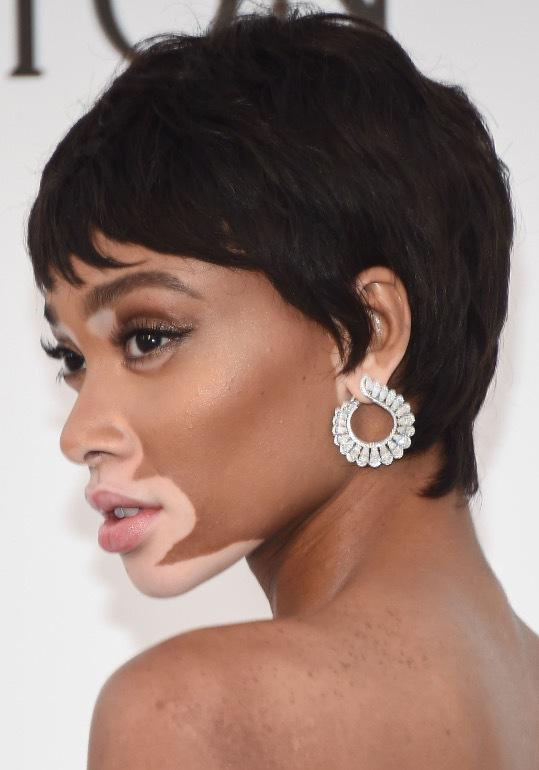 Modellen Winnie Harlow hade klippt av sig sitt långa hår och visade upp en störtskän kort Pixiefrisyr med Vidal Sassonn-vibbar