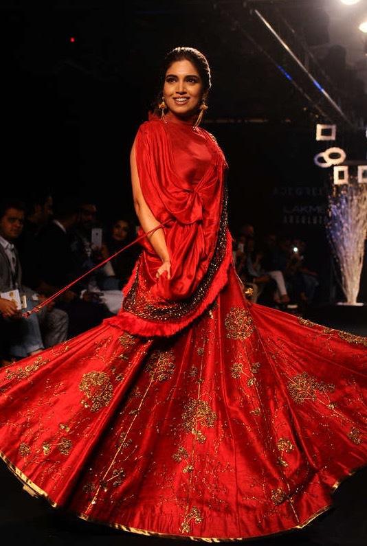 Bhumi Pednekar visade kläder för Ruceru på Lakmé Fashion Week i Mumbai