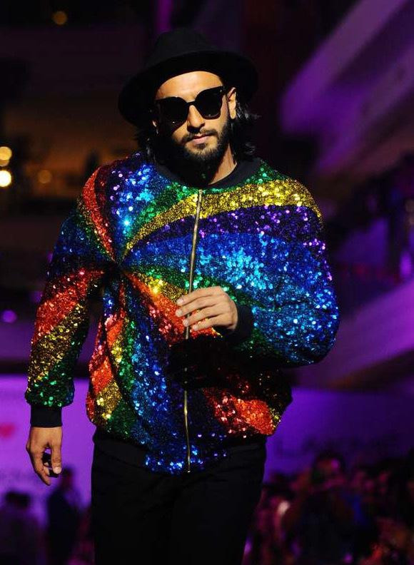 Bollywoodstjärnan Ranver Singh visade upp paljetter  som publiken kunde glädja sig åt