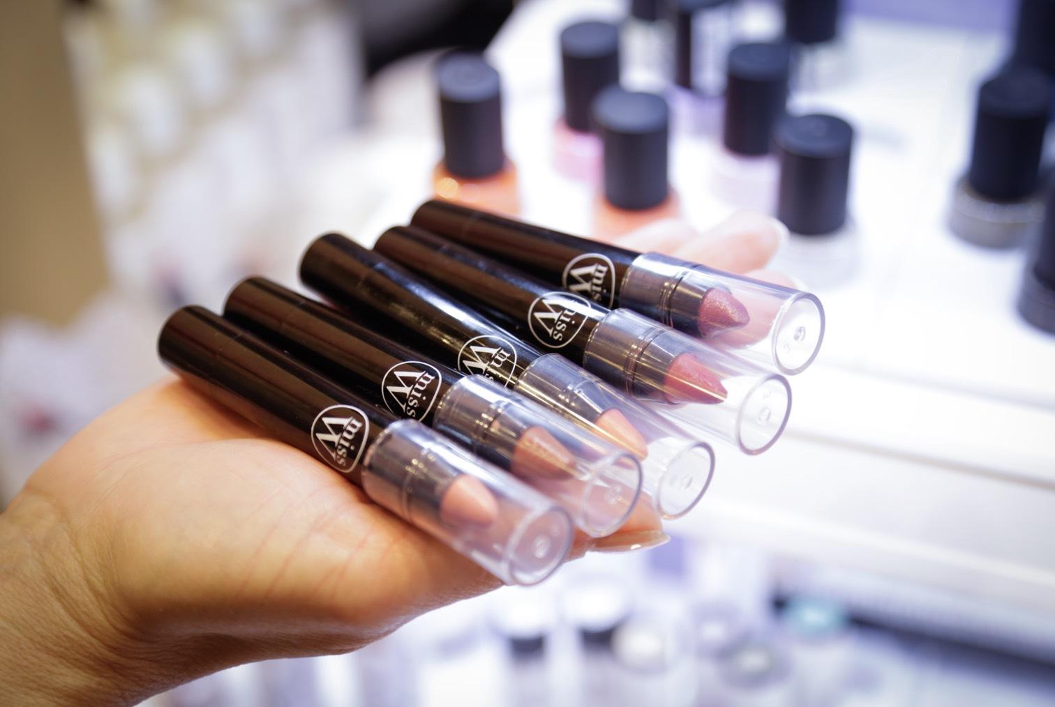 MIss W från Frankrike är en av mina favoritmärke inom makeup när det kommer till ekologiskt framställd smink. Nu har företagit tagit fram en serie läpp pennor med härlig konsistens och naturliga färgval