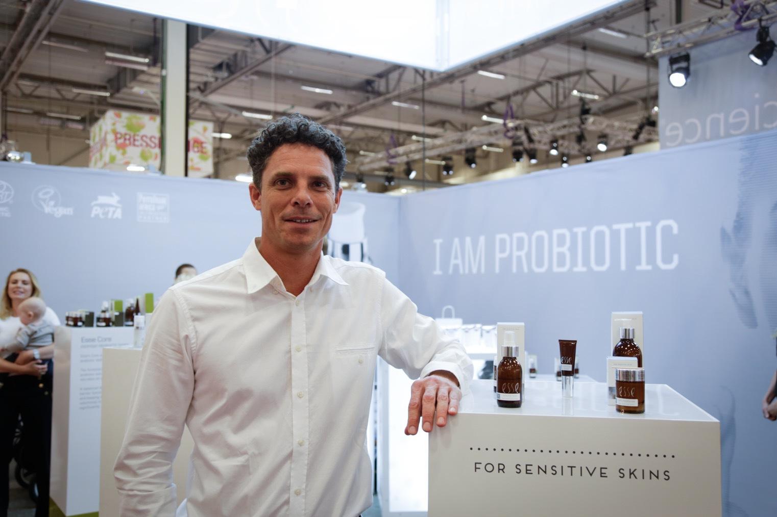 """Esse från Sydafrika hade grundaren av märket på plats. Trevor Seyn berttade att deras nya produkter för känslig hud bara flyger ur hyllorna just nu. Att stärka sitt mikobiom har blivit en ny boom. """"På ingrediensmässor är bakterier det som alla pratar om just nu. Inom två år kommer vi att se en enorm boom av olika pro -och prebiotika-stammar, spår han."""