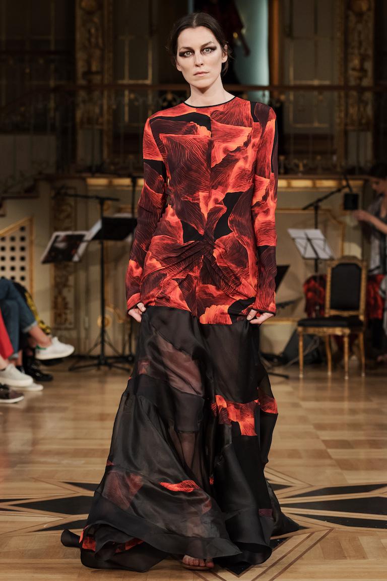 ELLE-designpristagaren Diana Orving visade upp en finstämd kollektion till en levande orkester i Grands Hotels vackra lokaler.