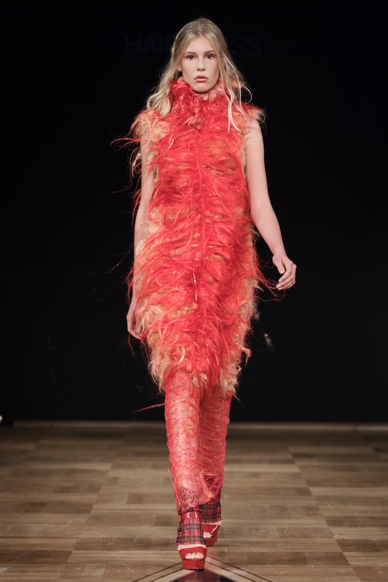 """Anna Tåkvist från Borås Textilhögskola väckte uppmärksamhet med sina """"håriga"""" kreationer på visningen."""