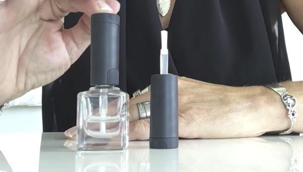 Med X - brush kan du förlänga penseln så att den når ända ner till de sista dropparna av ditt favoritlack! Smart!