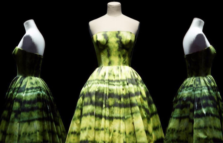 Christian Dior firar 70 år genom att ställa ut cotoureklänningar på 3000 kvadratmeter Les Arts Décoratifs / Nicholas Alan Cope / WWD)