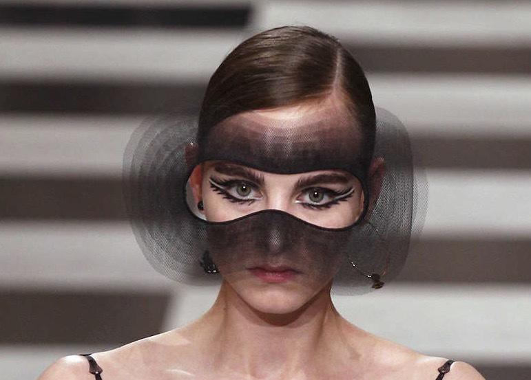 Chanel med Karl Lagerfeld i spetsen satsade på tillklippt organza i ögonmakeupen. Foto: TT