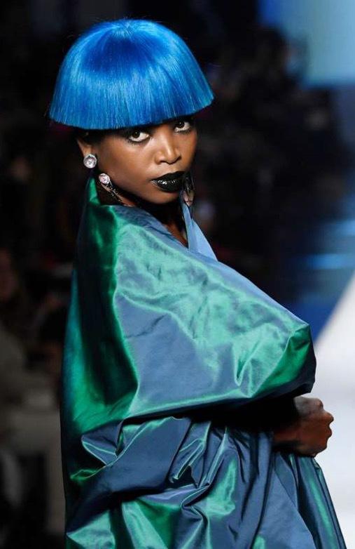 Gaultier igen. Tung siden och färgat hår som matchar kreationen. Foto: TT
