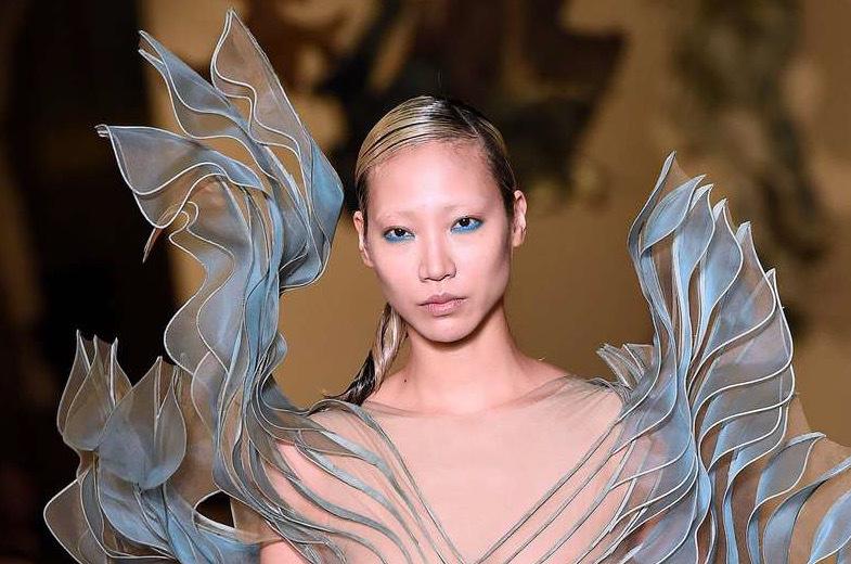 Iris Van Herpen valde också att skapa med organza inför visningen i Paris modevecka
