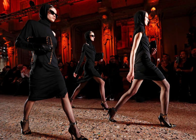 Versaces modeller vas som tagna ur en spionfilm. Foto: Reuters TT