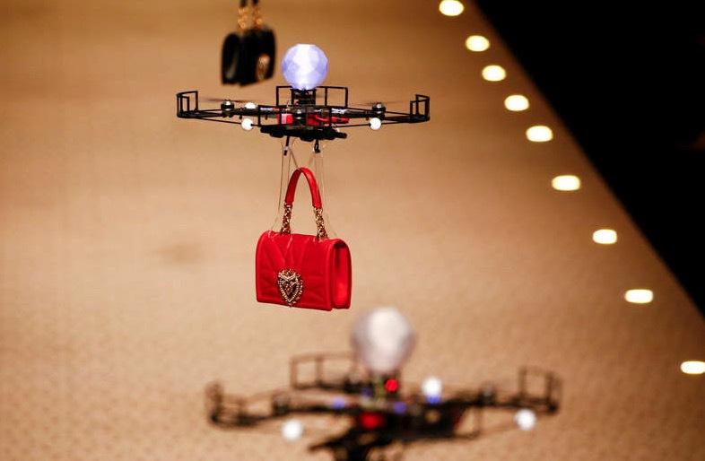 Håll i er. Snart är mannekängerna bara ett minne blott. Nu visas kollektionerna av robotar. Dolce & Gabbanas väskor bars av drönare... Foto: TT