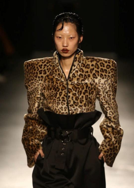 Unga designerstjärnskottet Gareth Pugh är faschinerad av axelvaddar. Här bider från veckans visning på London Fashion Week, fall 2018 . Foto: Reuters/TT
