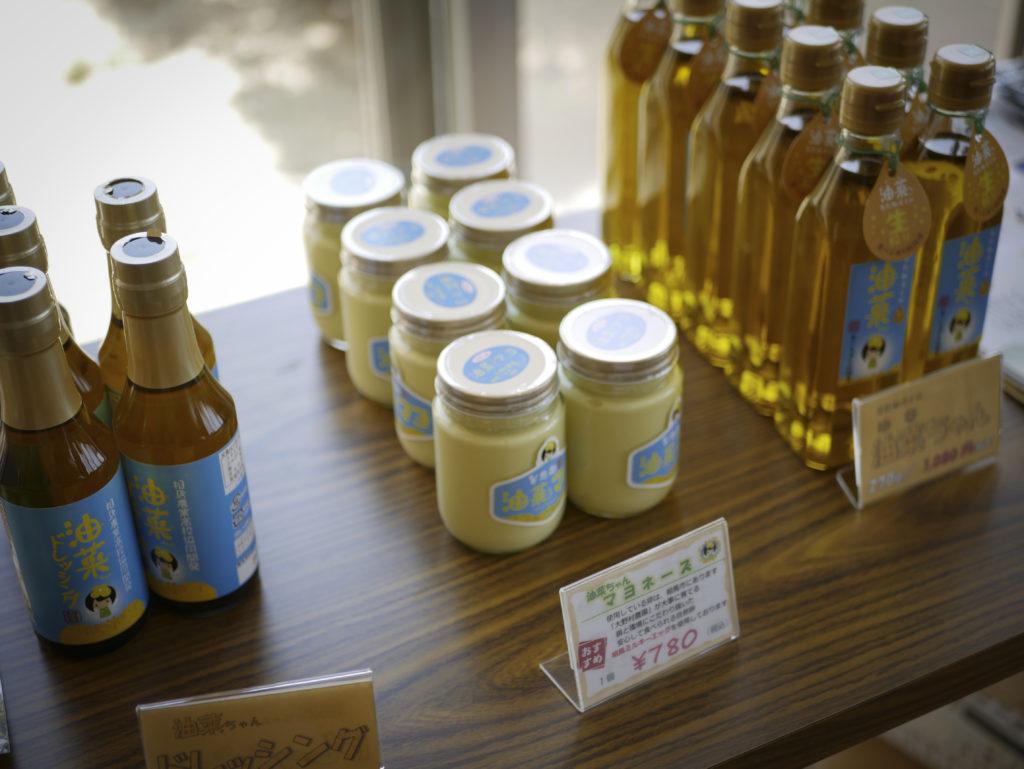 Förutom tvål gör man även majonäs och salladsdressing av den odlade rapsoljan i Fukushima