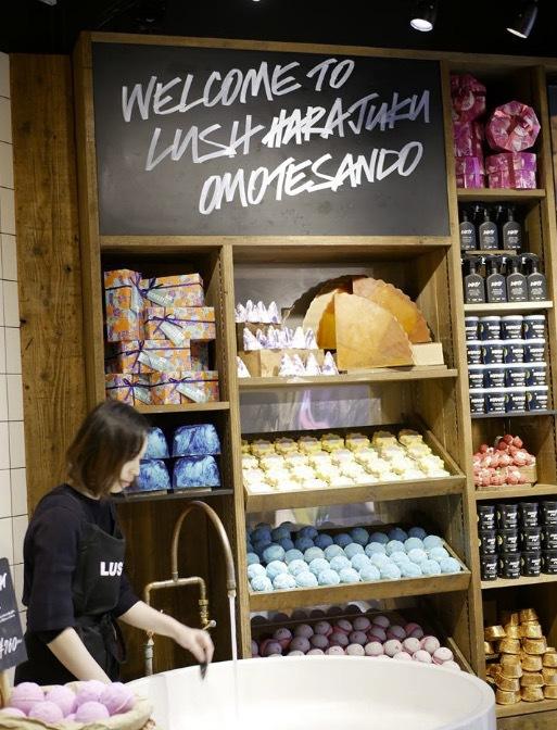 I Lushaffären på Omotesando kan man köpa speciella produkter unika för Japan, som origamiliknande papper och tvålar anpassade för olika högtider.