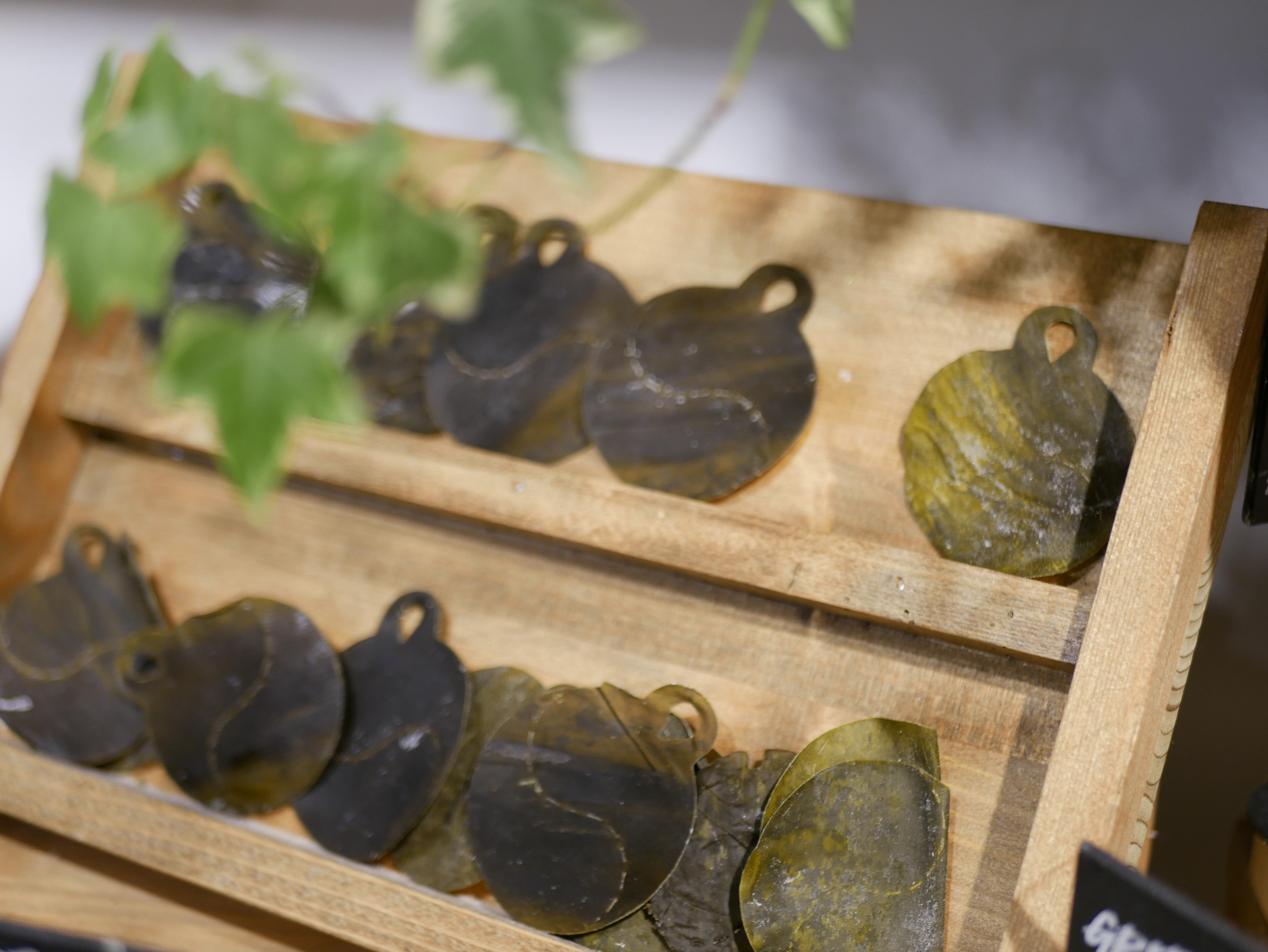 Smarta ögonmasker gjorda av japanskt sjögräs som man blöter upp och lägger under ögat.