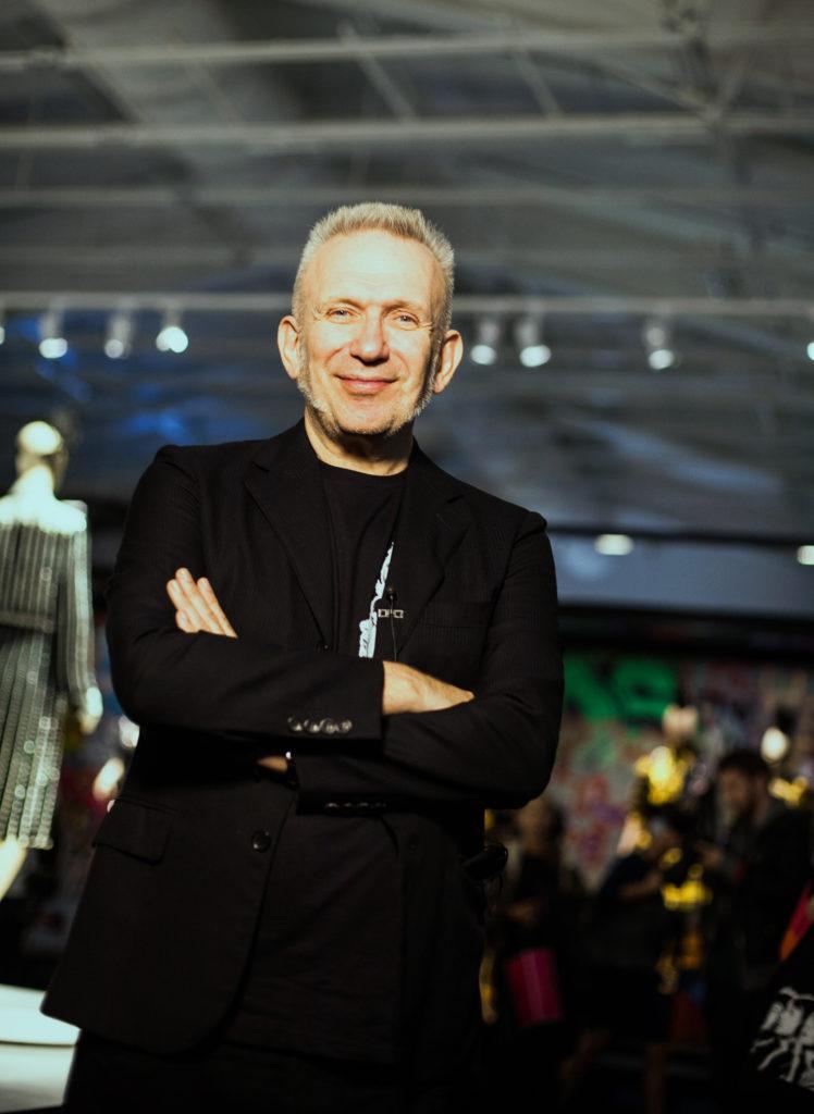 jean paul gaultier, designer, modeskapare frankrike ställer ut på arkitektur- och designcentrum med utställningen the fashion world of jean paul gaultier: from the sidewalk to the catwalk