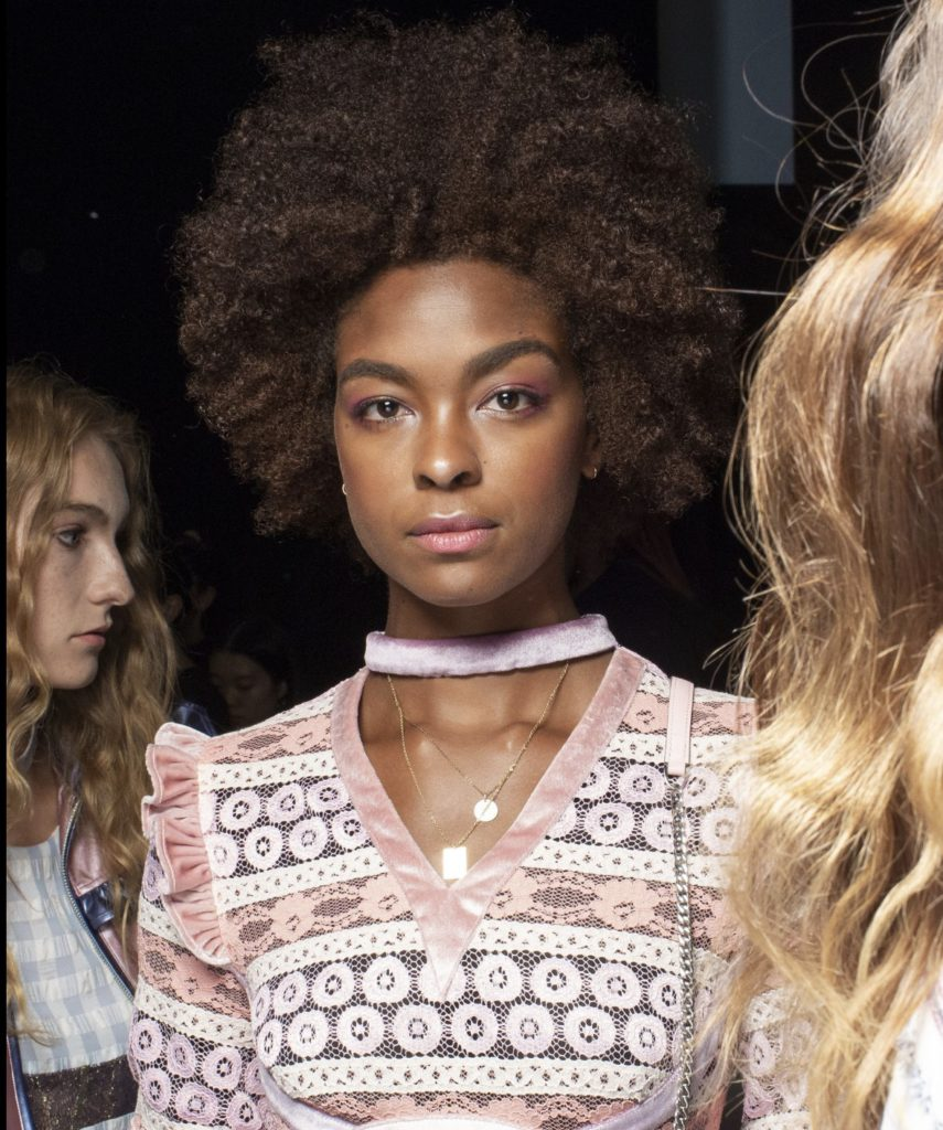 Vivienne Hus modeller hade en viktoriansk look med ett modernt rosa uttryck i makeupen