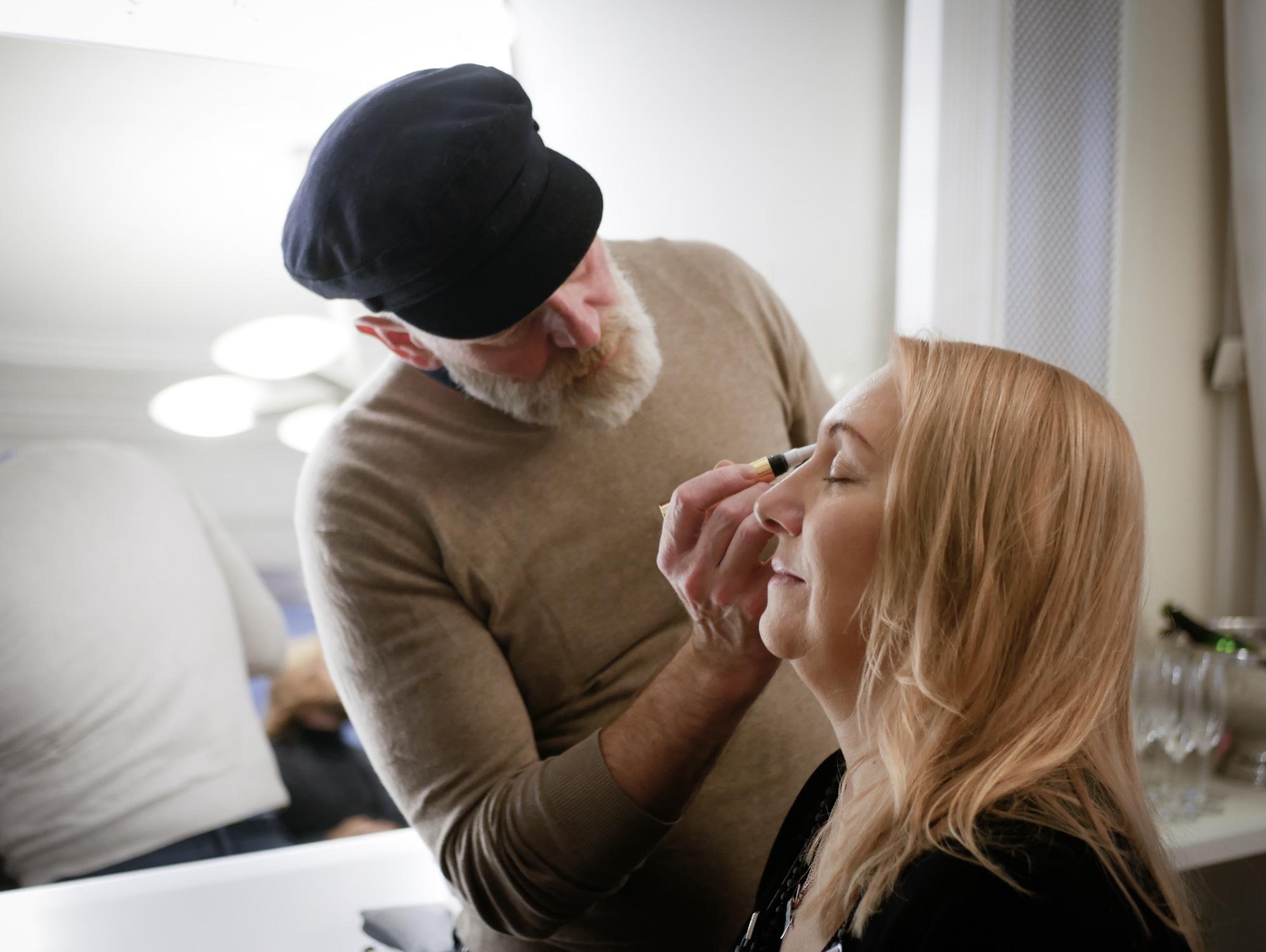 Helene Arkhem från Topp älsa får mörkare ögonbryn applicerade av Jeremy Scott som företräder märket IQ -Brow